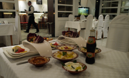 Habibi - pun stol delicija (photo by SZ)
